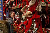 Gläubige, Opfergabe, Tai Shan,Opfergabe und Gebet von Gläubigen, alte Frau berührt den Altar und dann ihr Gesicht, um die Energie zu übertragen, Azure Cloud Temple,Taishan, Provinz Shandong, Taishan, Provinz Shandong, UNESCO Weltkulturerbe, China, Asien