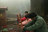 Gläubige, Opfergabe, Tai Shan,Opfergabe und Gebet von Gläubigen, Azure Cloud Temple,Taishan, Provinz Shandong, Taishan, Provinz Shandong, UNESCO Weltkulturerbe, China, Asien