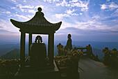 Meditation, Gipfel, Wudang Shan,Meditierender Mönch, Lotussitz, Sonnenaufgang, Goldene Halle, Jin Dian Gong, Gipfel des Wudang Shan, daoistischer Berg in der Provinz Hubei, Gipfel 1613 Meter, Geburtsort des Taichi, China, Asien, UNESCO Weltkulturerbe
