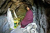 Einsiedler, Wutaishan,Einsiedler, Wohnraum und Gebetsraum, Mönch lebt mit im chinesisch-japanischen Krieg ermordeten Zivilisten, Höhle, Eremit, Einsiedler, Einsam, Asket, allein, Wutaishan, Shanxi Provinz, China, Asien