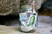 donation jar, Chinese money with portrait of Mao, China, Asien