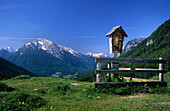 Cross on an alpine pasture at Mordau alp, view to Hochkalter, Berchtesgaden Alps, Upper Bavaria, Bavaria, Germany