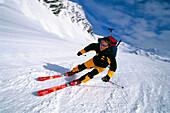 Ein Mann bei der Abfahrt nach einer Skitour, Stubai, Tirol, Österreich