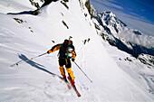 Ein Skifahrer bei der Abfahrt nach einer Skitour, Stubai, Tirol, Österreich