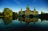View over lake Maschsee to Neues Rathaus (new city hall), Hannover, Lower Saxony, Germany
