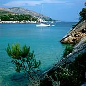 Blick über eine kroatische Küstenlandschaft mit Segelboot, Dalmatien, Kroatien