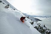 Mann, Skifahren, Schwung im Tiefschnee, Abfahrt, Tal, Rosshütte, Tirol, Österreich