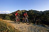 Pärchen beim Mountainbiken, Farrenpoint, Wendelsteingebiet, Oberbayern, Bayern, Deutschland