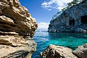 Küstenlandschaft und Bucht, Segelschiff im Hintergrund, Mittelmeer, Portals Vells, Mallorca, Spanien