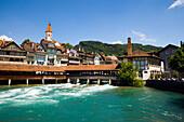 Blick über der Aare und Schleuse Richtung Stadt, Thun ist die grösste Garnisonsstadt der Schweizer Armee, Berner Oberland, Kanton Bern, Schweiz