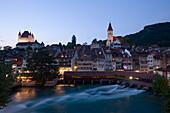 Blick über der Aare und Schleuse Richtung Schloss Thun und Stadt, im Abendlicht, Thun ist die grösste Garnisonsstadt der Schweizer Armee, Berner Oberland, Kanton Bern, Schweiz