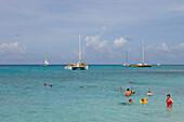 Menschen baden im Meer, Aruba, ABC-Inseln, Niederländische Antillen, Karibik