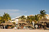 Menschen auf Liegestühlen am Eagle Beach, Aruba, ABC-Inseln, Niederländische Antillen, Karibik