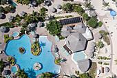 Luftaufnahme vom Swimming Pool des Costa Linda Resort am Eagle Beach, Aruba, ABC-Inseln, Niederländische Antillen, Karibik