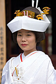 Bride in traditional costume in front of the Asakusa Temple, Tokyo, Japan, Asia