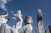 Statues amongst temple ruins, Mexiko