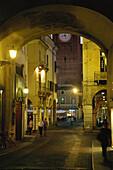 Portici Broletto, Blick auf Piazza delle Erbe, Mantua, Lombardei, Italien