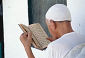 Man with Koran, Tozeur, Tunesien, Afrika