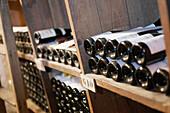 Wein Flaschen im Weinkeller im Restaurant Taillevent, Paris, Frankreich