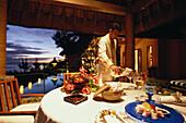 Ein Ober serviert Wein für ein privates Dinner, Royal Villa, Hotel Oberoi, Urlaub, Mauritius, Afrika