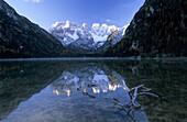 Dürrensee mit schneebedecktem Monte Cristallo und Spiegelung, Dolomiten, Südtirol, Italien