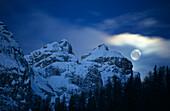 Mond über dem Peitlerkofel, Dolomiten, Südtirol, Italien