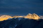 Ross- und Buchstein, verschneit im ersten Morgenlicht, Schildenstein, Bayerische Alpen, Oberbayern, Deutschland