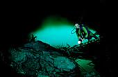 Taucher in Unterwasserhoehle Laguna Pepe, Dominikanische Republik, Punta Cana, Suesswasser