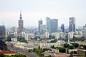 Moderne Hochhäuser stehen inmitten historischer Gebäude im Stadtzentrum, Warschau, Polen