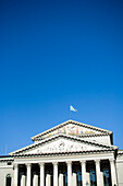 Historisches Gebäude mit Flagge unter blauem Himmel, München, Bayern, Deutschland