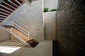 Ein sonnenbeschienenes Treppenhaus, Bali, Indonesien