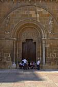 Außenansicht der Königlichen Stiftskirche San Isidoro, Seiteneingang mit Kindern, Leon, Kastilien-Leon, Spanien