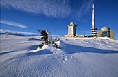 Schnee auf dem Brockengipfel, Brocken, Brockengipfel, Schnee, verschneit, Wegweiser, Wanderer, Harz, Schierke, Sachsen-Anhalt