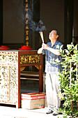Believer with joss sticks, Thian Hock Keng Temple, Chinatown, Singapur