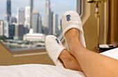 Relaxing in hotel room, Ritz-Carlton Hotel, Singapur