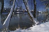 Blick über die Donau auf Regensburg im Winter, Regensburg, Bayern, Deutschland