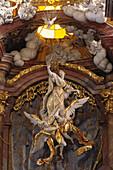 Skulpturen der Himmelfahrt Mariens im barocken Hochaltar der Abteikirche in Rohr, Niederbayern, Bayern, Deutschland