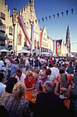 Menschenmenge feiert das Altstadtfest inmitten der gotischen Häuser der Altstadt mit Rathaus und Kirchurm von Sankt Martin, Landshut, Niederbayern, Bayern, Deutschland