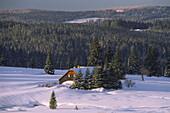 Winterlandschaft mit Blick über die Hochebene, abgelegene Haus im Hintergrund, Filipova Hütte, Sumava, Böhmerwald, Tschechien
