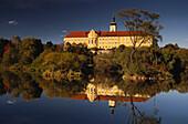 Ehemaliges Zisterzienserkloster Walderbach spiegelt sich im ruhigen Wasser des Regen, Bayerischer Wald, Oberpfalz, Bayern, Deutschland