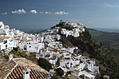 Weißes Dorf Casares auf einem Berggipfel der Sierra Bermeja, Provinz Málaga, Andalusien. Spanien