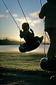 Kinder beim Schaukeln, Seeufer, Madkroken, Smaland, Schweden