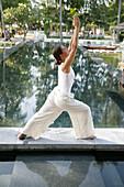 Frau macht Yoga, Wellness, Entspannung, Gesundheit