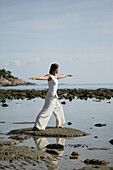 Frau am Meer beim Meditieren, Wellness, Entspannung, Gesundheit, Thailand
