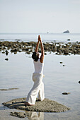 Frau am Meer macht Yoga, Gesundheit, Wellness, Entspannung, Thailand