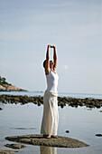 Frau macht Yoga am Meer, Wellness, Entspannung, Gesundheit, Thailand
