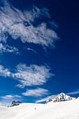 Blauer Himmel mit Wolken über Dachsteingebirge, Österreich