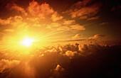 Aussen, Außen, Farbe, Gelb, Himmel, Horizontal, Landschaft, Landschaften, Luft, Natur, Orange, Scheinen, Sonne, Strahl, Strahlen, Unendliche, Weite, Wolke, Wolken, A91-199564, agefotostock