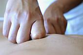 Aktivität, Behandlung, Bewegung, Detail, Details, Entspannung, Erwachsene, Erwachsener, Farbe, Fertigkeit, Finger, Geschick, Geschicklichkeit, Gesundheit, Hand, Hände, Haut, Horizontal, Innen, Kraft, Massage, Massagen, Mensch, Menschen, Nahaufnahme, Naha