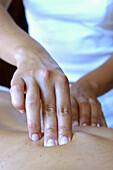 Aktivität, Behandlung, Berühren, Bewegung, Detail, Details, Entspannung, Erwachsene, Erwachsener, Farbe, Fertigkeit, Finger, Geschick, Geschicklichkeit, Gesundheit, Hand, Hände, Haut, Innen, Massage, Massagen, Mensch, Menschen, Nahaufnahme, Nahaufnahmen,